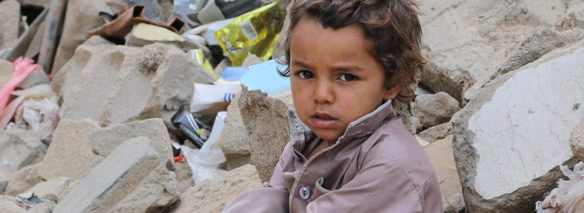 Yemen'de, neredeyse bütün ülke; yani 12.2 milyonu çocuk olmak üzere nüfusun %80'i olan 24 milyon kişi insani yardıma ihtiyaç duyuyor.