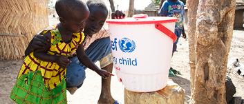 Dünyada okulların üçte birinde çocukların ellerini yıkayabilecekleri yer yok, her 5 kişiden sadece 3'ü evlerinde el yıkama imkânlarına sahip. Dünyanın dört bir yanındaki ailelere sabun ve hayat kurtaran tıbbi malzemeler ulaştırmak için zamanla yarışıyoruz.