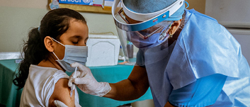 350 TL bağışınla bir sağlık çalışanını koruyucu maske ve tulum gibi ekipmanlar ile risklerden koruyabilirsin