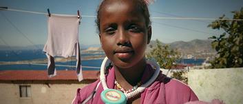 """Oyundaki çocuklarla tanışın: 8 yaşındaki Nora ülkesi Somali'deki çatışmalar ve yoksulluktan kaçtı. """"Bir doktor olmak için eğitim görmek istiyorum."""" Nora geçmişine, evine ve ailesine güvenle bağlı parlak bir gelecek hayal ediyor. """"Büyükbabam geldiğim yerde, yurdumda bir doktordu. Ben de büyüdüğümde onun gibi olmak istiyorum."""""""