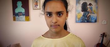 Oyundaki çocuklarla tanışın: 11 yaşındaki Mısırlı Sama yazar ve bir diş hekimi olmanın hayalini kuruyor. Böylece babasının dişlerini gereken şekilde tedavi edebilecek, düzeltebilecek. Salı günleri keman dersi alıyor, Perşembe günleri koro çalışmalarına katılıyor. Sama öğrenmeyi bırakmak istemiyor.